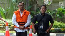 Kepala Kantor Wilayah (Kakanwil) Kemenag Jawa Timur Haris Hasanudin Muafaq Wirahardi (kiri) tiba di Gedung KPK, Jakarta, Kamis (21/3). Haris menjalani pemeriksaan perdana pascaterjaring dalam operasi tangkap tangan (OTT) KPK. (merdeka.com/Dwi Narwoko)