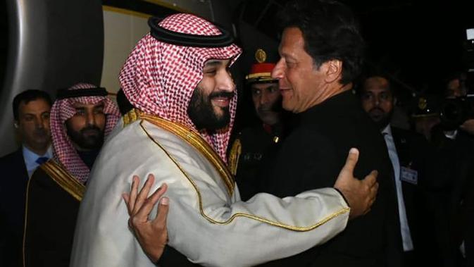 Pangeran Saudi saat tiba di Pakistan. (AFP/Pakistan Press Information Department)