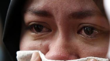 Salah satu wanita muslim Filipina menahan tangis saat melakukan unjuk rasa menentang agresi militer Israel ke jalur Gaza, (15/7/2014). (REUTERS/Erik De Castro)