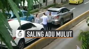 Terekam kamera netizen. Dua pengendara mobil mewah saling adu mulut di jalanan. Membuat lalu lintas macet.