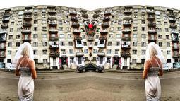 Pavlina Melicharova berdiri membelakangi kamera dengan latar belakang sebuah bangunan di Kutaisi, Georgia. Pemotretan dengan gaun berwarna putih itu dilakukannya sebagai tanda bahwa dirinya siap memulai hidup yang baru. (facebook.com/TravellingBride)
