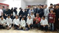 PSM Makassar menggelar buka puasa bersama dengan anak yatim dan suporter di lobi Stadion Andi Mattalatta Mattoangin, Sabtu (18/5/2019). (Bola.com/Abdi Satria)