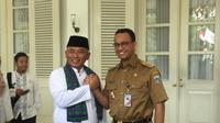 Gubernur DKI Jakarta Anies Baswedan dan Wali Kota Bekasi Rahmat Effendi di Balai Kota Jakarta, Senin (22/10/2018). (Liputan6.com/Ika Defianti)