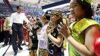Presiden Jokowi menyapa anak-anak saat meninjau pameran pada pembukaan GAIKINDO Indonesia International Auto Show (GIIAS) 2018 di ICE BSD, Tangsel, Kamis (2/8). GIIAS 2018 mengambil tema Expand Ideas Beyond Mobility. (Liputan6.com/Fery Pradolo)