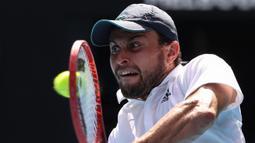 Aslan Karatsev menjadi pemain dengan ranking terendah yang mencapai semifinal Grand Slam sejak Goran Ivanisevic memenangi Wimbledon pada 2001. (Foto: AFP/David Gray)