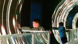Seorang anak bermain di area Museum Ilmu Pengetahuan dan Teknologi Nanjing saat Pekan Ilmu Pengetahuan dan Perdamaian Internasional di Nanjing, Provinsi Jiangsu, China timur (11/11/2020). (Xinhua/Zhang Meng)
