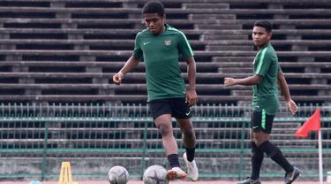 Pemain Timnas Indonesia U-22, Billy Keraf, menggirng bola saat latihan jelang laga final Piala AFF U-22 2019 di Olympic Stadium, Phnom Penh, Kamboja, Senin (25/2/2019). Indonesia akan melawan Thailand. (Bola.com/Zulfirdaus Harahap)