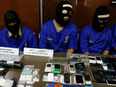 Tersangka AM oknum Polisi (kedua dari kanan) dihadirkan saat rilis penangkapan bandar sabu dan ekstasi di BNN Cawang, Jakarta, (23/11). BNN mengamankan barang bukti 1kg sabu dan 141 ekstasi. (Liputan6.com/Yoppy Renato)