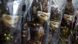Wayang kayu khas Sunda atau wayang golek yang dibungkus dalam plastik dipajang di galeri kerajinan tangan Cupumanik di Bandung, 17 Februari 2020. Galeri kerajinan tangan Cupumanik memproduksi berbagai wayang golek untuk digunakan dalam pertunjukan wayang khas Sunda. (Xinhua/Septianjar)