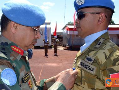 Citizen6, Kongo: Force Commander Monusco Letjen Chender Prakhas menyematkan Medali PBB kepada Satgas Zeni Indonesia. (Pengirim: Badarudin Bakri)