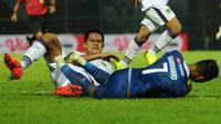 Bek Persita, M. Roby, menghalau serangan Arema dalam laga Piala Presiden 2019 di Stadion Kanjuruhan, Kabupaten Malang (13/3/2019). (Bola.com/Iwan Setiawan)