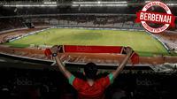 Sepak Bola Indonesia Berbenah_7, Seorang suporter memberikan dukungan saat laga persahabatan antara Timnas Indonesia melawan Islandia di Stadion Utama Gelora Bung Karno, Jakarta, Minggu (14/1/2018). Timnas Indonesia kalah 1-4 dari Islandia. (Bola.com/M Iq