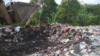 Cairan limbah medis berbahaya yang menumpuk di TPS di Cirebon ternyata masuk ke Sungai Winong. Sungai itu sering mengairi sawah petani. (Liputan6.com/Panji Prayitno)