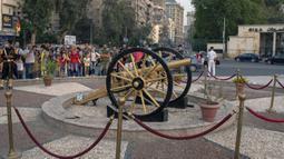 Warga berkumpul dekat meriam iftar di Giza, Mesir, Sabtu (16/5/2020). Meriam iftar ditembakkan setiap hari selama bulan suci Ramadan untuk menandakan waktu berbuka puasa (iftar) bagi umat muslim saat matahari terbenam. (Xinhua/Ahmed Gomaa)