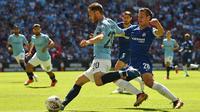 Gelandang Manchester City, Bernardo Silva, bersiap mengirim umpan saat melawan Chelsea pada laga Community Shield di Stadion Wembley, London, Minggu (5/8/2018). Man City menang 2-0 atas Chelsea. (AFP/Glyn Kirk)