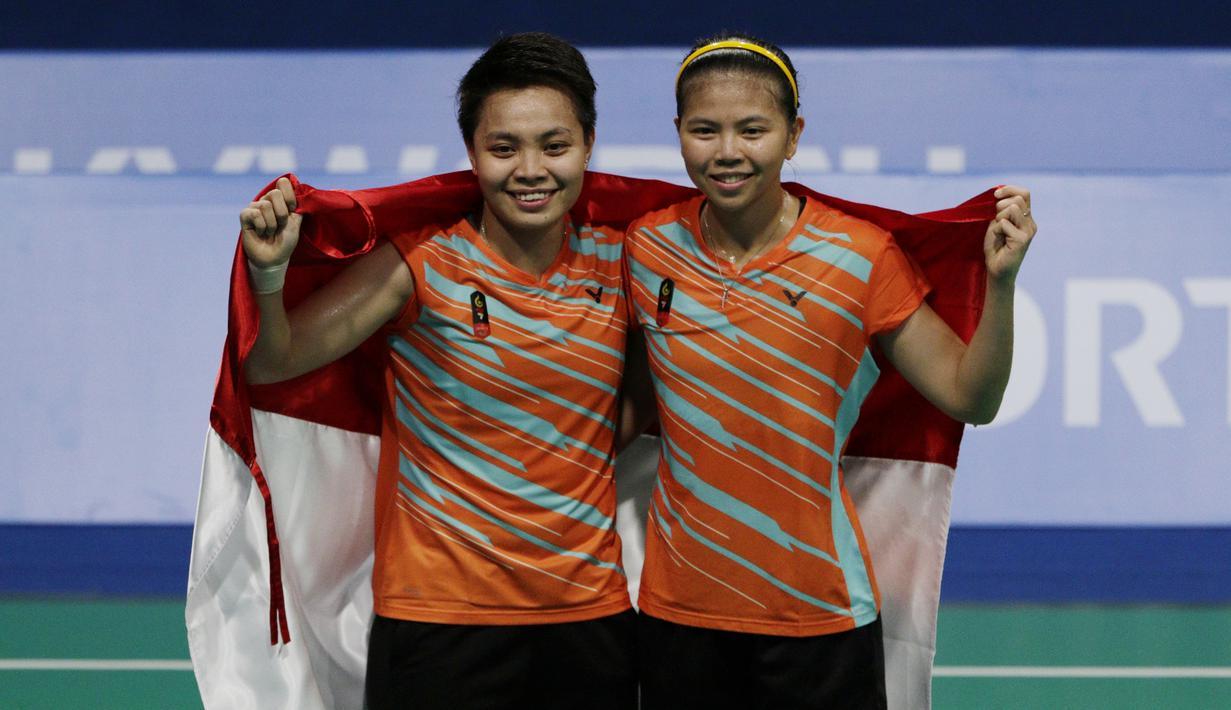 Ganda Indonesia, Greysia Polii / Apriyani Rahayu, melakukan selebrasi usai meraih emas pada final SEA Games 2019 di Muntinlupa Sports Complex, Manila, Senin (9/12). Pasangan Indonesia menang 21-3 dan 21-8 atas wakil Thailand. (Bola.com/M Iqbal Ichsan)