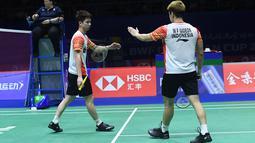 Ganda putra Indonesia, Marcus Gideon (kanan) dan Kevin Sanjaya berselebrasi usai memenangkan satu poin atas Lee Yang dan Wang Chi-Lin (Chinese Taipei) pada babak perempat final Piala Sudirman 2019 di Nanning, China, Jumat (24/5/2019). Kevin/Marcus menang dua gim langsung 21-17, 21-17 (WANG ZHAO/AFP)
