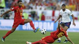 Gelandang Belgia, Moussa Dembele, berusaha membuang bola saat melawan Inggris pada laga grup G Piala Dunia di Stadion Kaliningrad, Kaliningrad, Rabu (28/6/2018). Belgia menang 1-0 atas inggris. (AP/Petr David Josek)