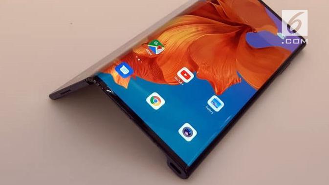 Tampak smartphone layar lipat Huawei Mate X. (Liputan6.com/ Agustin Setyo Wardani)