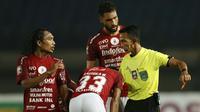 Gelandang Bali United, Hariono (kiri) mengkomentari keputusan wasit dalam pertandingan perempat final Piala Menpora 2021 melawan PS Sleman di Stadion Si Jalak Harupat, Bandung. Senin (12/4/2021). (Foto: Bola.com/Ikhwan Yanuar)