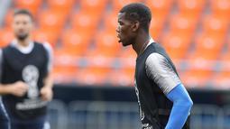 Gelandang Prancis, Paul Pogba mengontrol bola saat mengikuti latihan jelang menghadapi Peru pada grup C Piala Dunia 2018 di Yekaterinburg, Rusia, (20/6). Di grup C Prancis memimpin klasemen dengan poin tiga. (AP Photo / David Vincent)