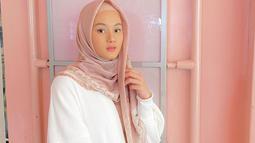 Sebagai warna yang netral, tak salah jika baju putih sering digunakan bintang sinetron Jangan Panggil Gue Pak Haji ini. Dalam momen santai, Dinda Hauw tampil dengan sweater putih yang dipadukan dengan hijab berwarna pastel. Gaya Dinda terlihat kasual namun tetap memesona. (Liputan6.com/IG/@dindahw)