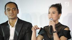 Artis Pevita Pearce (kanan) bersama aktor Ario Bayu berbicara dalam press screening film Buffalo Boys di Jakarta, Rabu (18/7). Film Buffalo Boys mendapat sambutan hangat penonton luar negeri. (Liputan6.com/Faizal Fanani)
