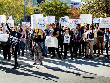 Karyawan Google melakukan aksi protes terkait pelecehan seksual yang terjadi di perusahaannya di Kantor Pusat Mountain View, California, AS,  Kamis (1/11). Aksi ini diikuti ribuan karyawan Google. (AP Photo/Noah Berger)