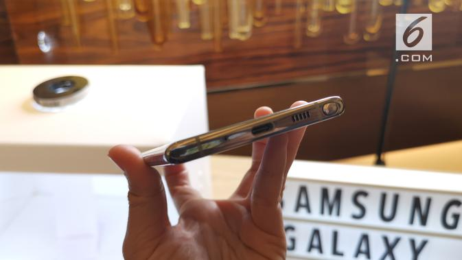 Tampak sisi bawah Galaxy Note 10 dengan speaker, port type C, dan slot S Pen. (Liputan6.com/ Andina Librianty)