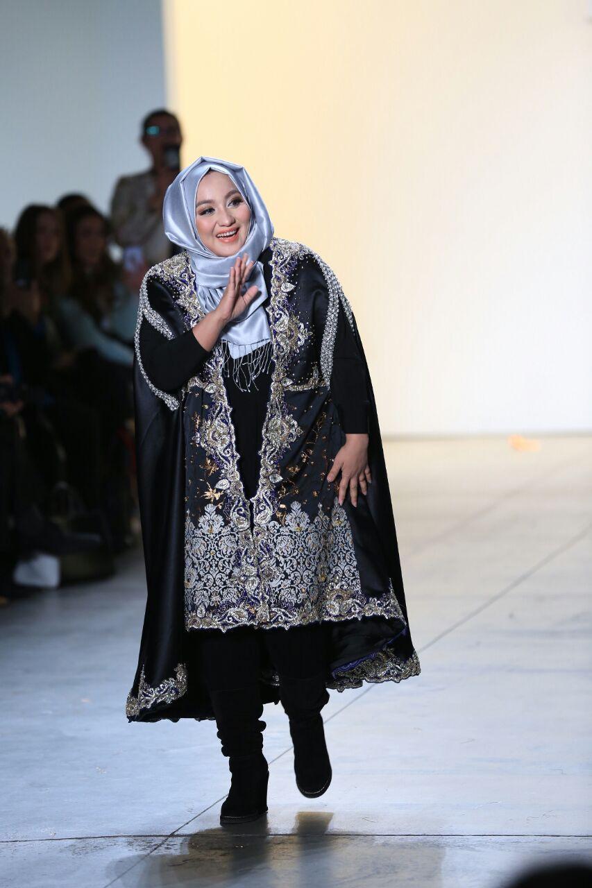 Desainer busana muslim asal Indonesia Anniesa Hasibuan memamerkan koleksinya di New York Fashion Week (Foto: Afida Sukma)