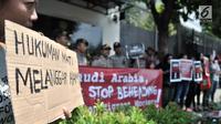 Pengunjuk rasa membawa poster untuk menyuarakan aspirasi di depan Kedutaan Besar Arab Saudi, Jakarta, Selasa (20/3). Aksi unjuk rasa dilakukan terkait hukuman mati terhadap TKI asal Madura, Zaini Misrin. (Merdeka.com/Iqbal S. Nugroho)