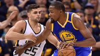 Pemain Utah Jazz, Raul Neto berusaha menghalangi Kevin Durant saat pertandingan Semifinal Wilayah Barat Playoffs NBA 2017 di Salt Lake City (5/6). Pertandingan ini dimenangkan Warriors dengan skor 102-91 atas Jazz. (Gene Sweeney Jr / Getty Images / AFP)