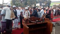 Jemaah Majelis Taqorub Ilalloh kabupaten Garut, Jawa Barat  melangsungkan lebaran hari ini, satu hari lebih cepat dibanding keputusan pemerintah. (Liputan6.com/Jayadi Supriadin)