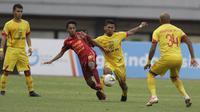 Gelandang Bhayangkara FC, TM Ichsan, berebut bola dengan penyerang Borneo FC, M Sihran, pada laga Liga 1 2019 di Stadion Patriot, Bekasi, Minggu (22/9/2019). Kedua tim bermain imbang 1-1. (Bola.com/M Iqbal Ichsan)