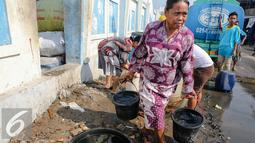 Seorang wanita membawa ember berisi air bersih di kawasan Muara Angke, Jakarta, Selasa (4/8/2015). Memasuki musim kemarau, warga kesulitan mendapatkan air bersih karena beberapa sumber air mengalami kekeringan. (Liputan6.com/Faizal Fanani)