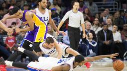 Pemain Philadelphia, Hollis Thompson (bawah) berduel dengan pemain Los Angeles Lakers, D'Angelo Russell (kiri)  pada laga NBA di Wells Fargo Center, Philadelphia, Selasa (1/12/2015). (Reuters/Bill Streicher-USA TODAY Sports)