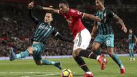 Pemain Southampton, Maya Yoshida (kiri) mencoba menghalangi sepakan pemain Manchester United, Anthony Martial pada lanjutan Premier League di Old Trafford, Manchester, (30/12/2017). MU hanya bermain imbang 0-0. (Martin Rickett/PA via AP)
