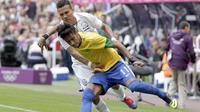 Pesepak bola Honduras, Arnold Peralta (putih), saat menjaga pemain Brasil, Neymar (kuning), pada laga Olimpiade London, 4 Agustus 2012. (AFP/Graham Stuart)
