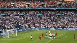 Gol yang dinanti publik Wembley tersaji menit 30'. Bukan Inggris yang membuka skor, melainkan Denmark melalui tendangan bebas istimewa Mikkel Damsgaard. (Foto: AP/Pool/Catherine Ivill)