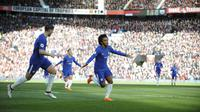 Pemain Chelsea, Willian mencetak gol pembuka ke gawang Manchester United pada lanjutan Premier League di Old Trafford stadium, Manchester, (25/2/2018). Manchester United menang 2-1. (AP/Rui Vieira)