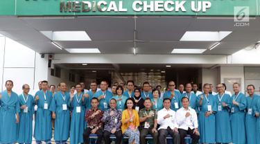 Ketua Pansel KPK periode 2019-2023, Yenti Ganarsih (ketiga kiri-duduk) bersama Kepala RSPAD Gatot Soebroto, Mayjen TNI dr Terawan Agus Putranto (keempat kiri-duduk) berfoto bersama Capim KPK yang akan menjalani tes kesehatan, Jakarta, Senin (26/8/2019). (Liputan6.com/Helmi Fithriansyah)