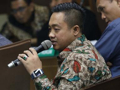 Asisten Pribadi Menpora Imam Nahrawi, Miftahul Ulum saat menjadi saksi pada sidang lanjutan kasus suap dana hibah dari Kemenpora kepada KONI dengan terdakwa Ending Fuad Hamidy di Pengadilan Tipikor Jakarta, Kamis (25/4). Sidang mendengar keterangan saksi-saksi. (Liputan6.com/Helmi Fithriansyah)
