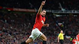 Robin van Persie berselebrasi setelah mencetak gol pertama pada pertandingan sepak bola Liga Inggris antara Manchester United melawan Stoke City di Old Trafford, Manchester, Sabtu (26/10/2013). (Foto: AFP/Andrew Yates)