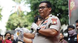 Kabid Humas Polda Metro Jaya Kombes Argo Yuwono menunjukkan barang bukti kasus narkotika jenis sabu di Polda Metro Jaya, Jakarta, Kamis (15/8/2019). Polisi menyita 2,91 gram sabu, senjata api revolver dengan 6 butir peluru, alat hisap sabu, sebuah mobil, serta 4 HP. (Liputan6.com/Immanuel Antonius)