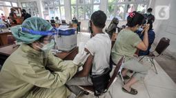 Petugas medis menyuntikkan vaksin COVID-19 kepada warga saat vaksinasi di Kantor Kelurahan Ancol, Jakarta, Kamis (17/6/2021). LMK Kelurahan Ancol menargetkan vaksinasi COVID-19 dapat diterima oleh 400 orang per hari. (merdeka.com/Iqbal S. Nugroho)
