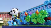 Dekorasi di pintu masuk barat gedung National Exhibition and Convention Center (Shanghai), lokasi penyelenggaraan Pameran Impor Internasional China (China International Import Expo/CIIE) ketiga, di Shanghai pada 23 Oktober 2020. Pameran CIIE ketiga akan dimulai pada 5 November. (Xinhua/Fang Zhe)