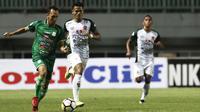 Gelandang PSMS, Rachmad Hidayat, berusaha melewati striker PS Tira, Dimas Drajad, pada laga Liga 1 di Stadion Pakasari, Jawa Barat, Rabu (5/12). (Bola.com/Yoppy Renato)