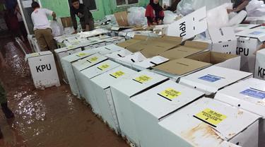 Ratusan kotak surat suara kardus di Kabupaten Bogor, Jawa Barat rusak akibat terendam banjir karena hujan deras yang terjadi pada Minggu (15/4/2019) sore.