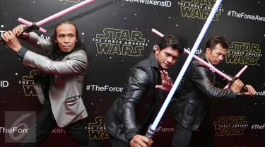 Iko Uwais, Yayan Ruhian dan Cecep Arif Rahman jelang premier film Star Wars The Force Awakens di XXI Senayan City, Jakarta, Selasa (15/12/2015). Tiga aktor Indonesia tersebut ikut memerankan  film seri Star Wars yang ke-7. (Liputan6.com/Angga Yuniar)