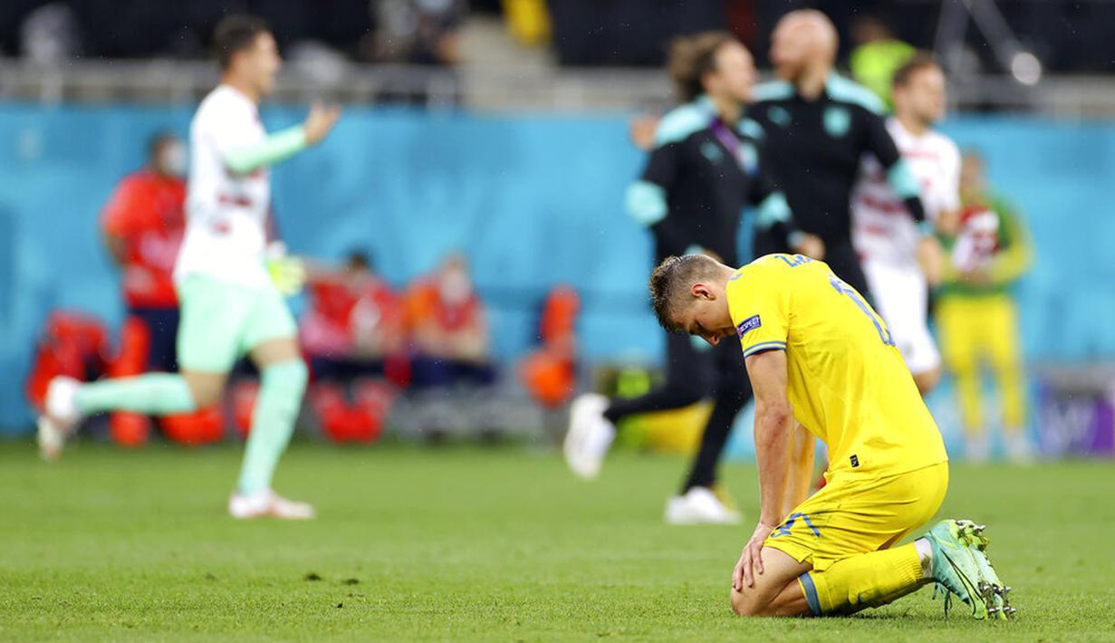 Reaksi pemain Ukraina Illya Zabarnyi usai menghadapi Austria pada pertandingan Grup C Euro 2020 di Stadion National Arena, Bucharest, Rumania, Senin (21/6/2021). Ukraina kalah 0-1. (Marko Djurica/Pool via AP)